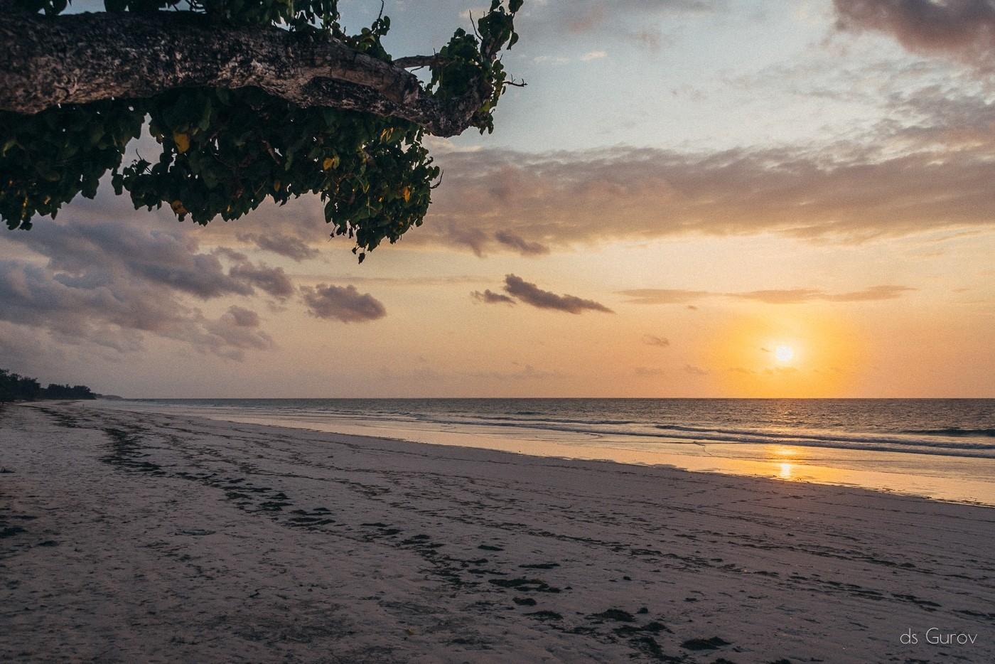 закат на пляже в Кении