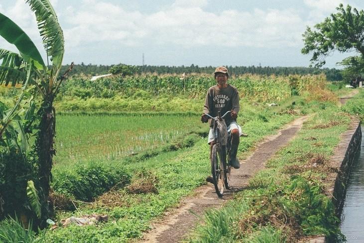 велосипедист на раритетном велосипеде на Бали