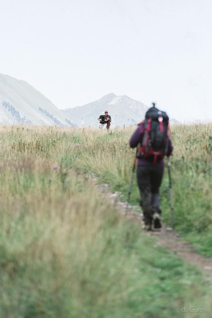 пожилые люди в горах