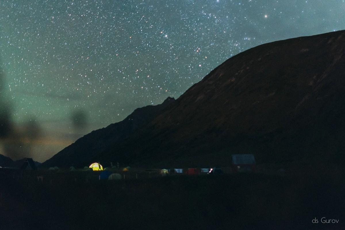 лагерь в горах ночью