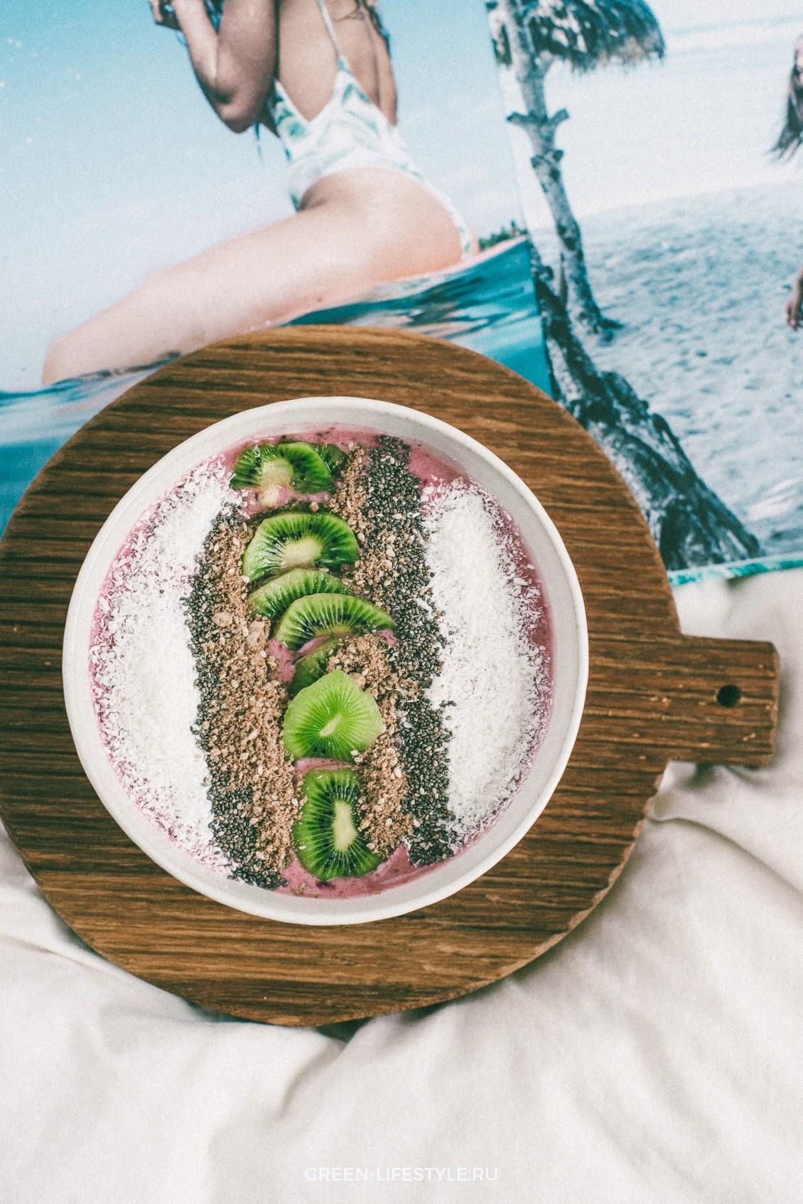 Смузи из замороженных ягод с домашней гранолой